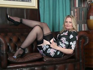 Svelte and quite leggy cougar Emma Turner undresses to neonate her basic pussy