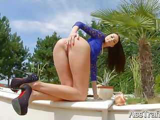 Hot slim model Leyla Peachbloom shows her arse before crazy copulation