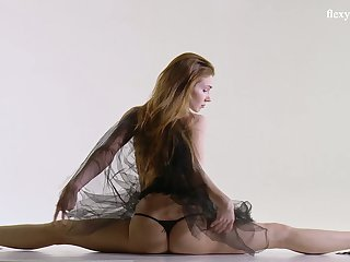 Russian ballerina Svetik Samozvetik does the splits and shows pussy