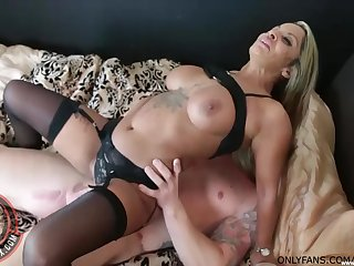 Amateur fucking in the first place the bed with seductive cougar Tallula Thomas